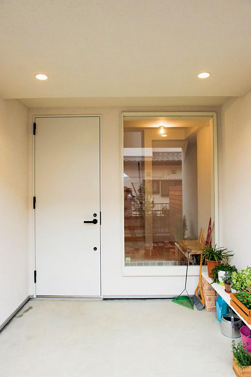 玄関ドア横にガラスの写真