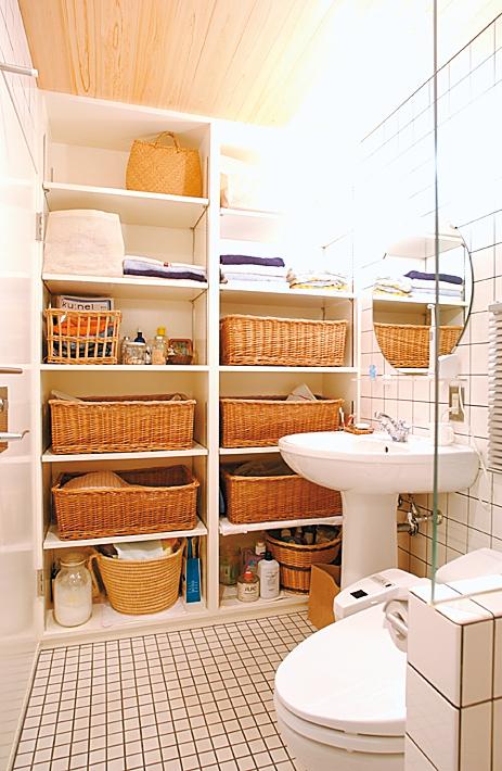 壁一面に収納を設置したサニタリー(洗面所・トイレ)収納