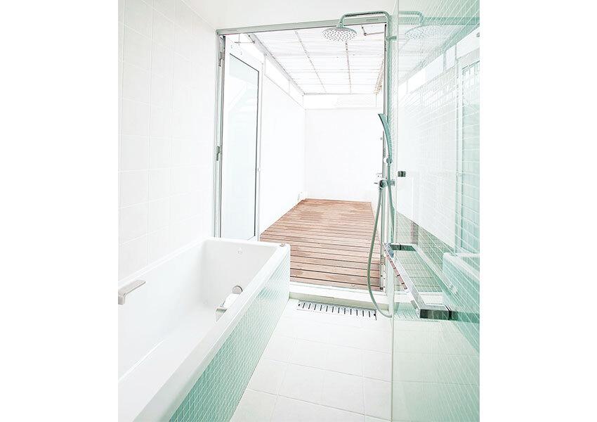 開放感たっぷりのバスコート付き浴室