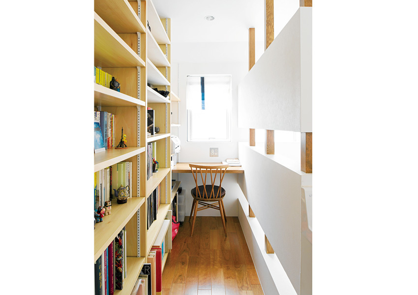 階段横にデスクコーナーを設置。書斎としても活用しています。本棚はDYIでコストダウン