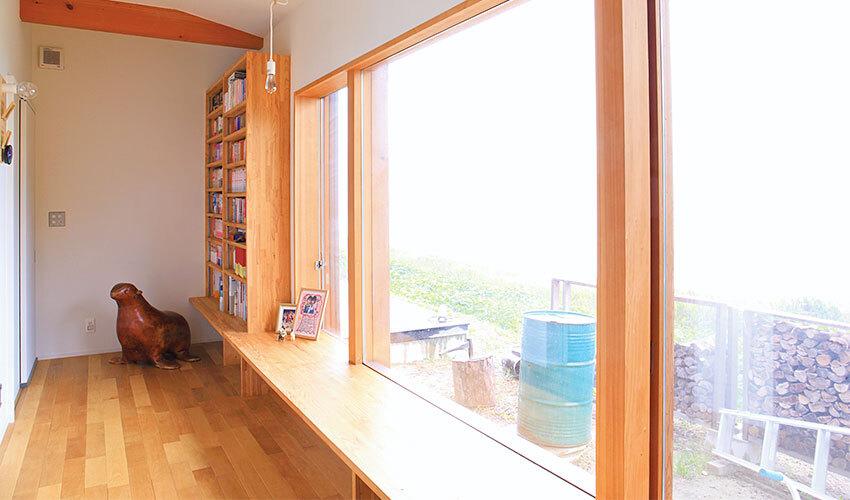 机やベンチになるカウンターと本棚が設置されたファミリースペース