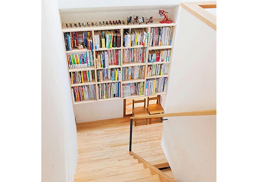 壁面を生かした本棚の階段
