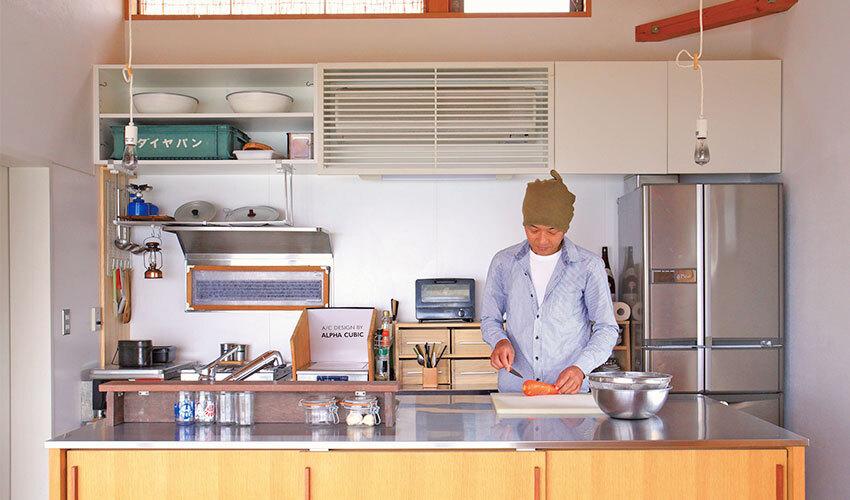 ステンレスの作業台が主役のキッチン