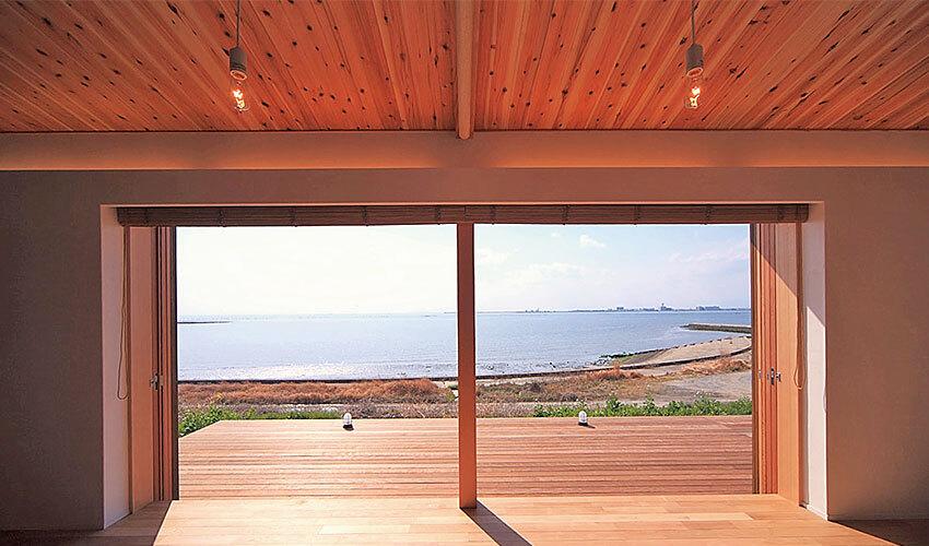 海へとつながる開放的な眺めのリビングからデッキ