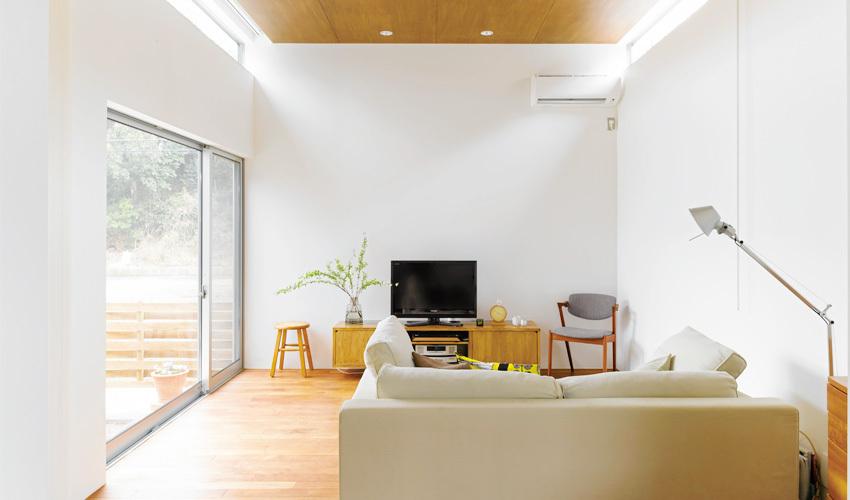 リビングには無垢なチーク材の床と合板の天井が手頃な価格で叶いました