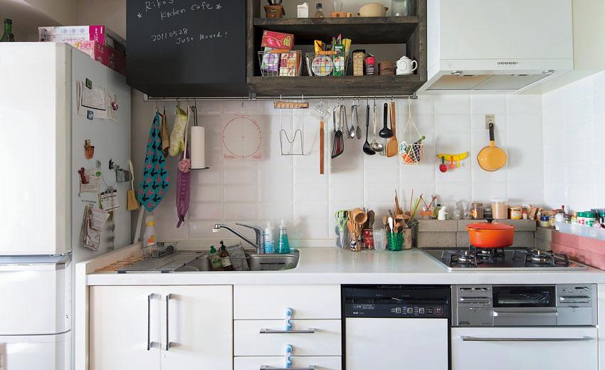 オープン棚と黒板扉の収納でカフェスタイルにしたキッチン