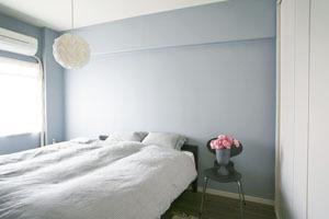 ベッドルームの壁は雰囲気を意識しておしゃれな色にしました
