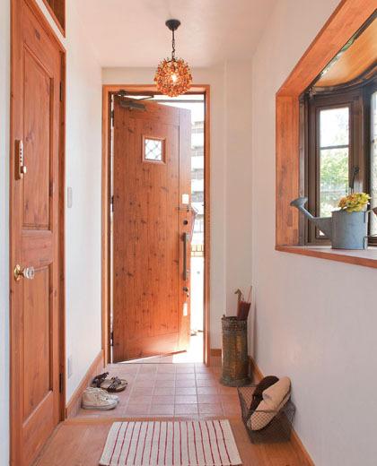無垢材の床と珪藻土の壁の玄関