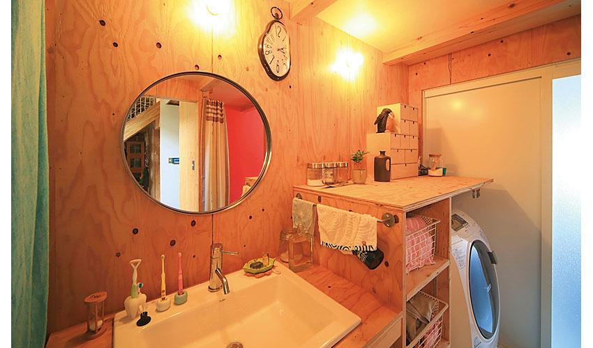 カクダイの洗面ボウルとイケアのミラーがついた洗面化粧台