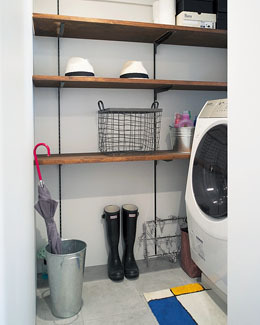 洗濯スペースは納戸を兼ねた広いスペースに