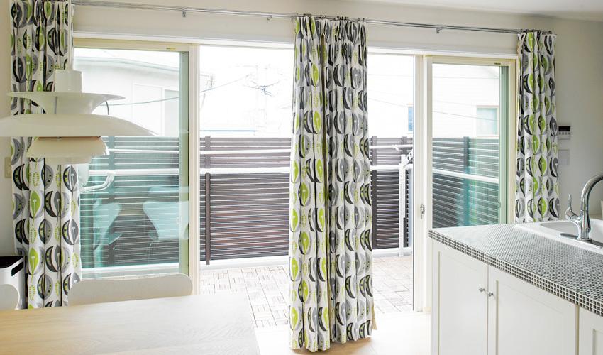 「シナマーク」のカーテンを使用したバルコニー