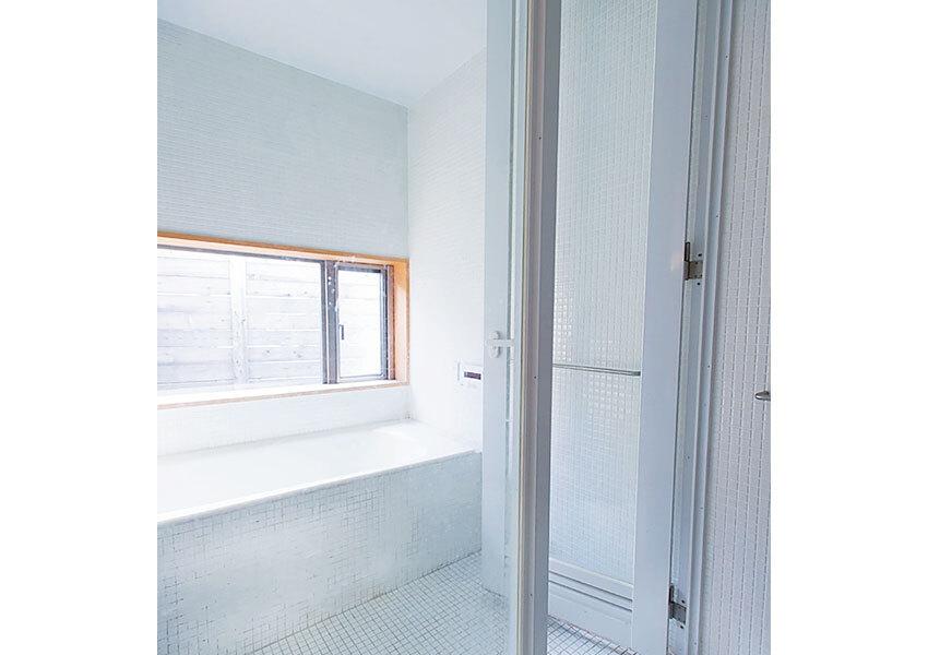 戸外の心地よさが伝わる浴室