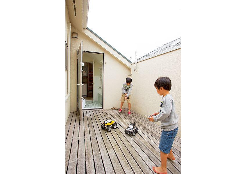 バルコニーにてラジコンで遊ぶ子どもたち
