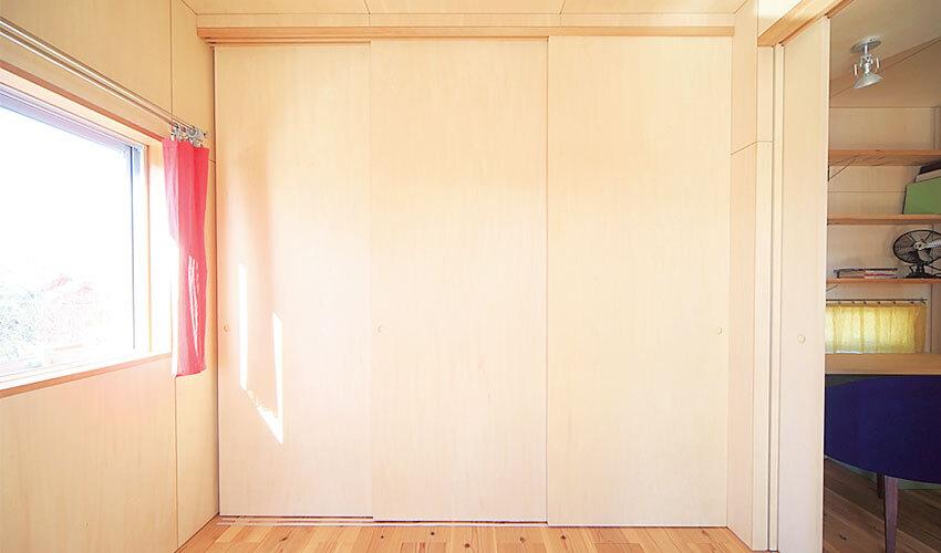 引き戸を開けるとホールとひと続きになる寝室