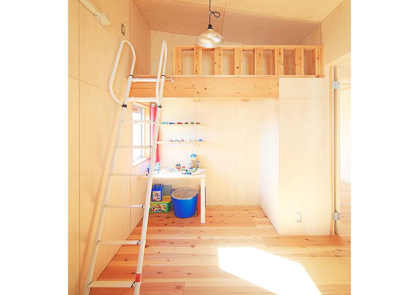 勾配天井とロフトで広さを確保した子ども部屋