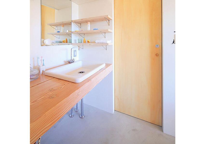 マツ材でシンプルな洗面台
