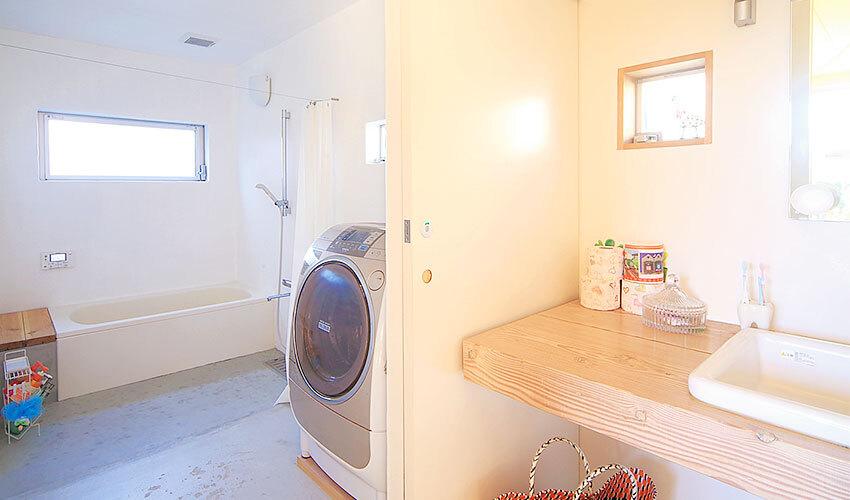 白い壁の洗面室&浴室