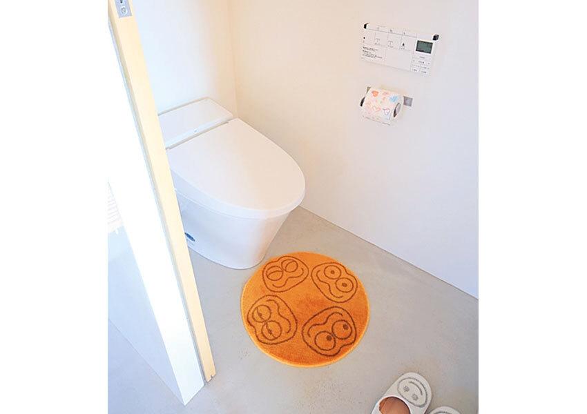 白でまとめたシンプルなトイレ