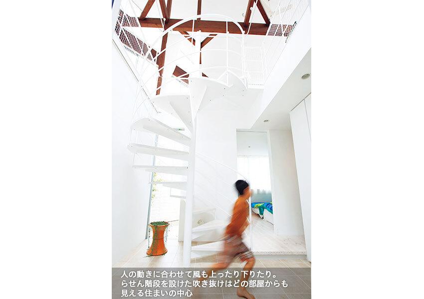 まっ白の美しいらせん階段が印象的な玄関ホール
