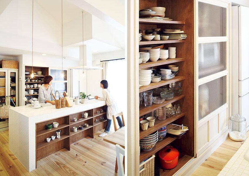 白いタイル仕上げのアイランドキッチン