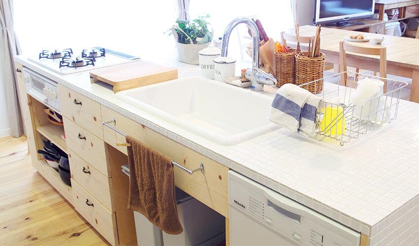 壁のないフラットなデザインのキッチン
