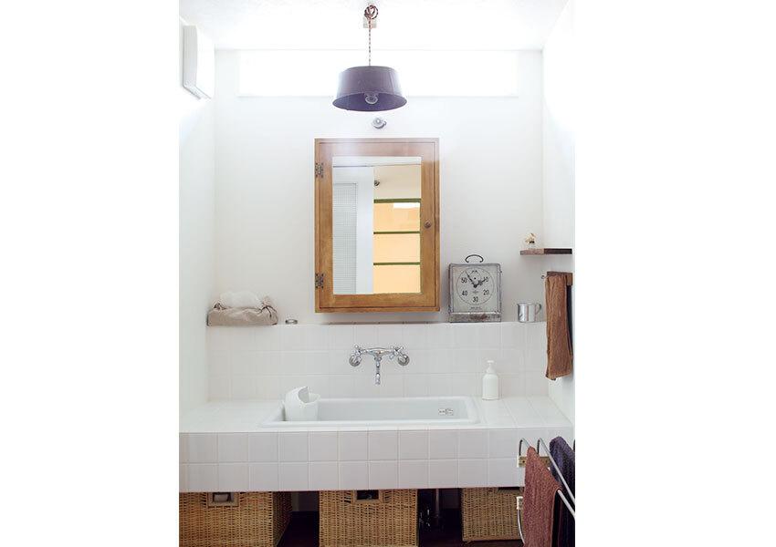 タイルと角形シンクに仕上げた洗面室