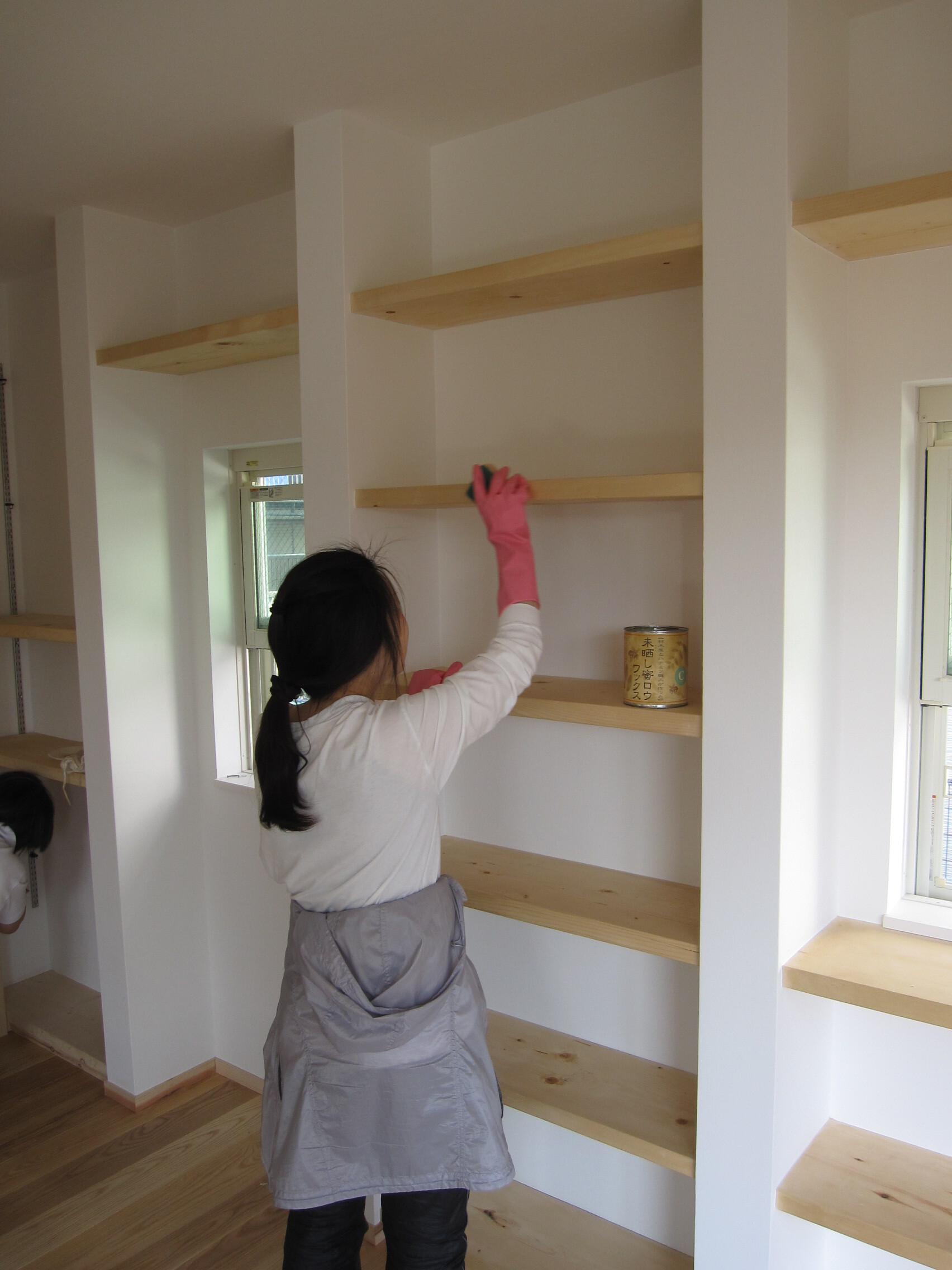 自然塗料「オスモフロアカラー」を使った棚の塗装