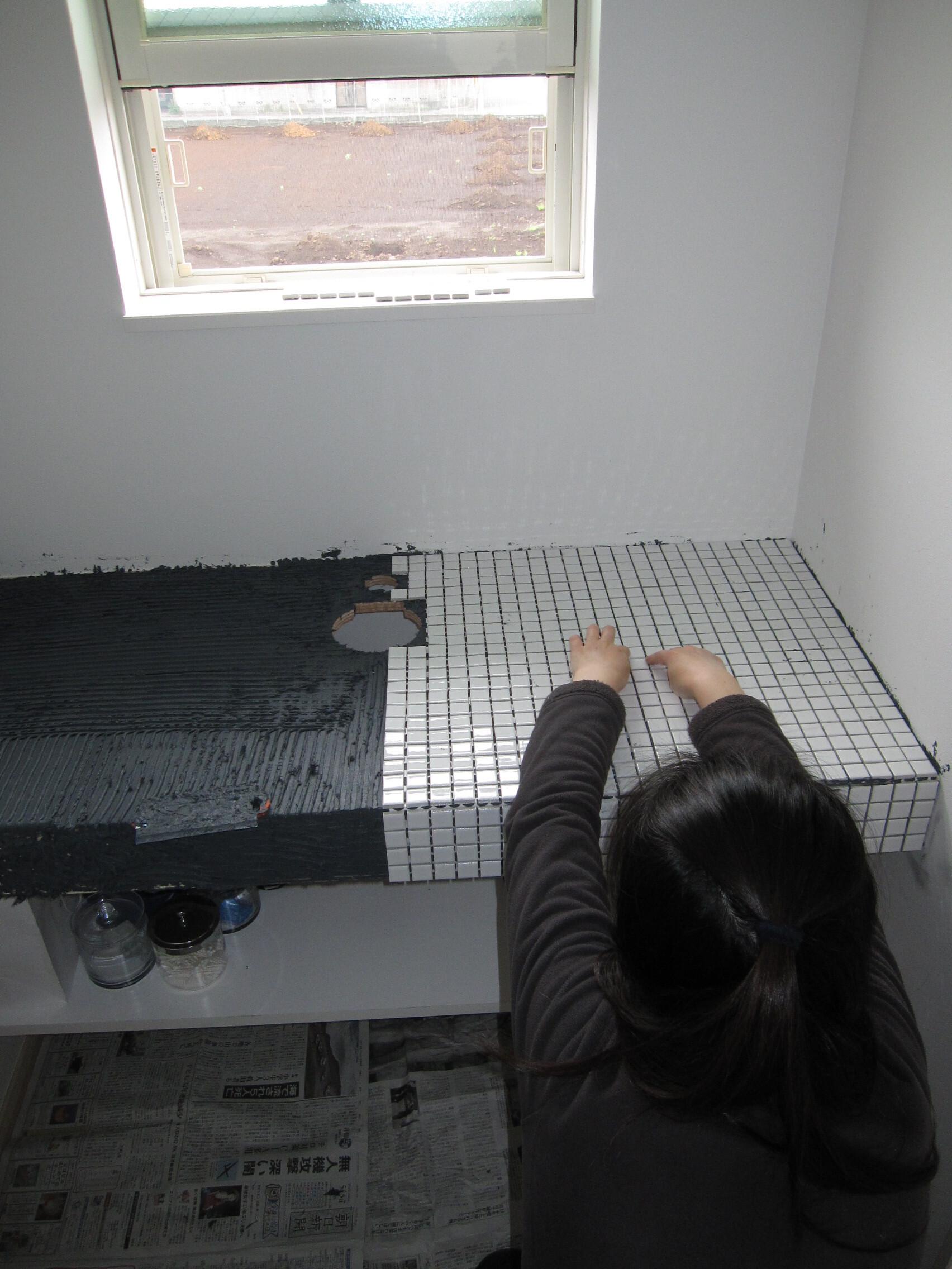トイレカウンターのタイル張る作業