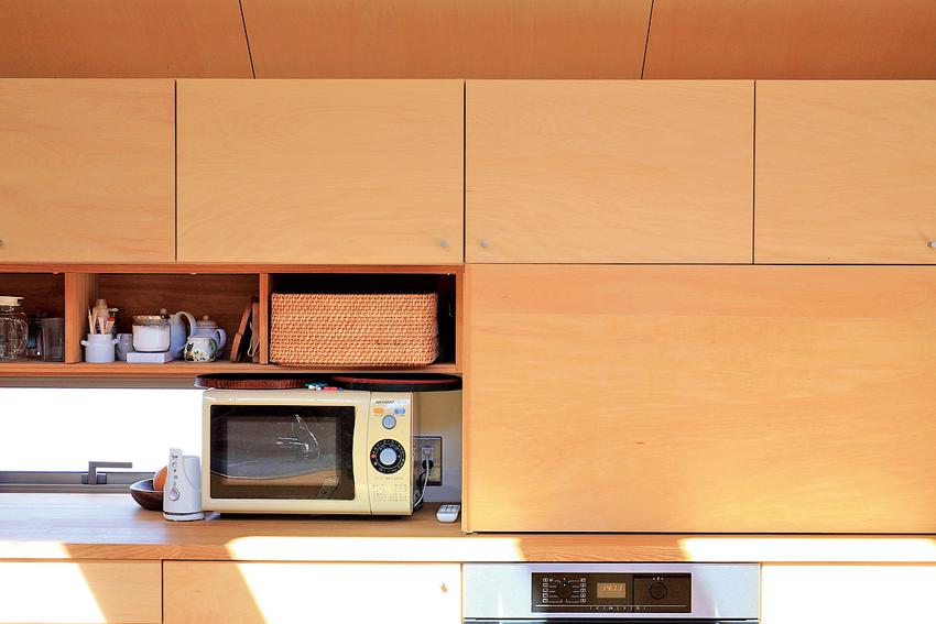 背面収納の家電を引き戸で隠せるキッチン