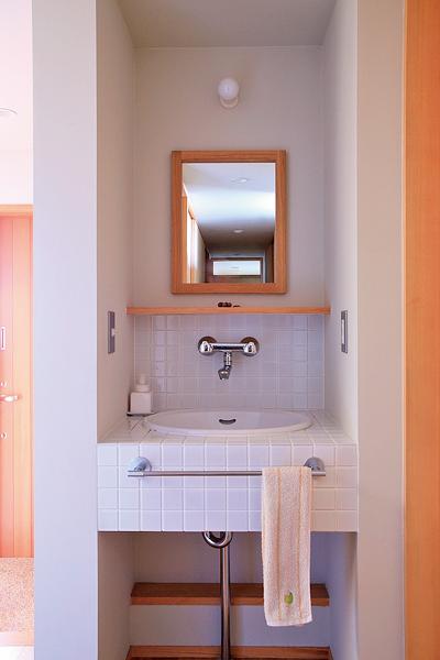 すぐに手が洗えて便利な玄関横の洗面コーナー