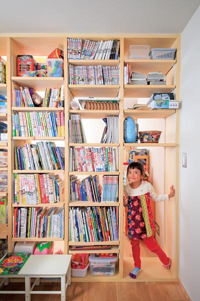 間仕切りも兼ねて設置した本棚が特徴的な子供部屋