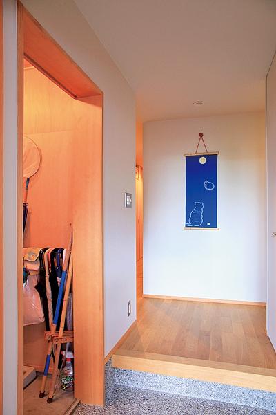 趣味のアウトドア用品などを気軽に出し入れできる納戸
