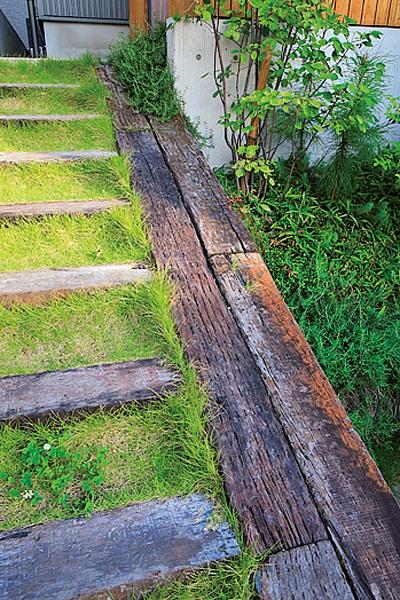 芝生がかわいい枕木の外階段