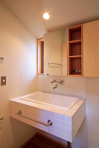 バケツも入る大きなシンクのある洗面室