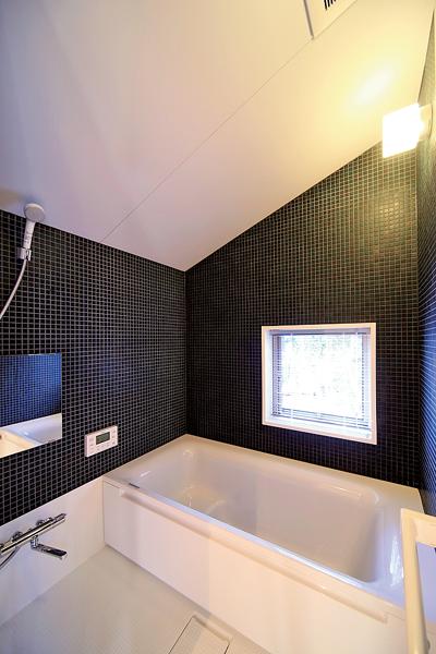 窓から見える借景の緑にも癒される浴室