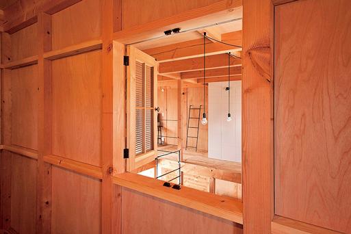 寝室に設けた木枠の室内窓