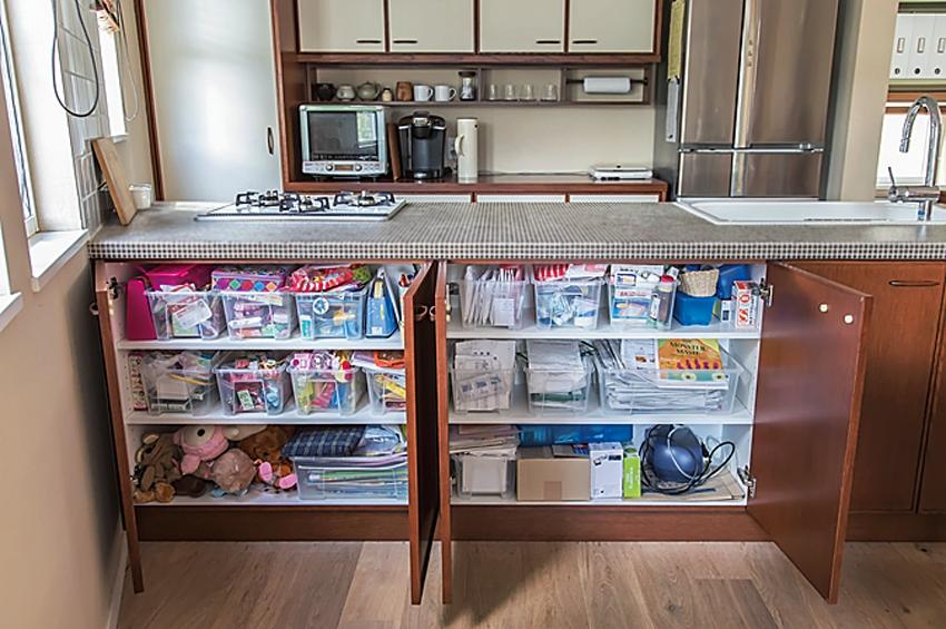 生活用品を入れている狭小住宅のキッチン・ダイニングカウンター収納