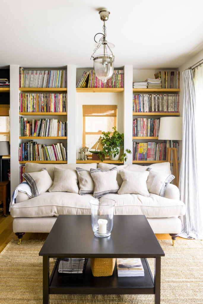 壁が本棚のおしゃれなリビング