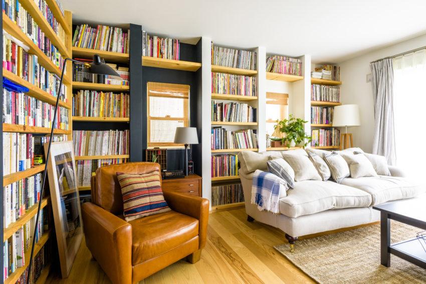 本棚に囲まれたリビング全景