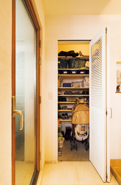 玄関のたたきから入れるシューズクローゼットは狭小住宅でも役立つ