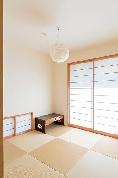 地窓から気持ちのいい風が入っくる和室