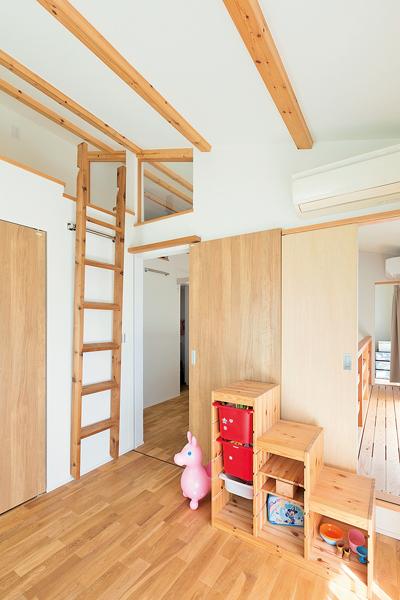 天井高を生かした収納にもベッドにもなるロフト