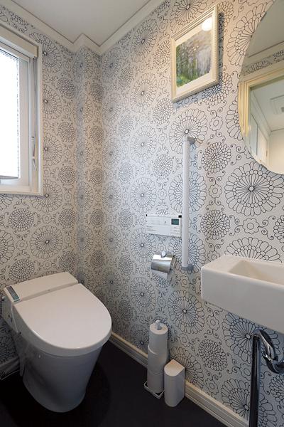 花柄の壁紙がおしゃれな2階トイレ