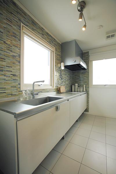 「LIXIL」のシンプルな軽い印象のキッチン