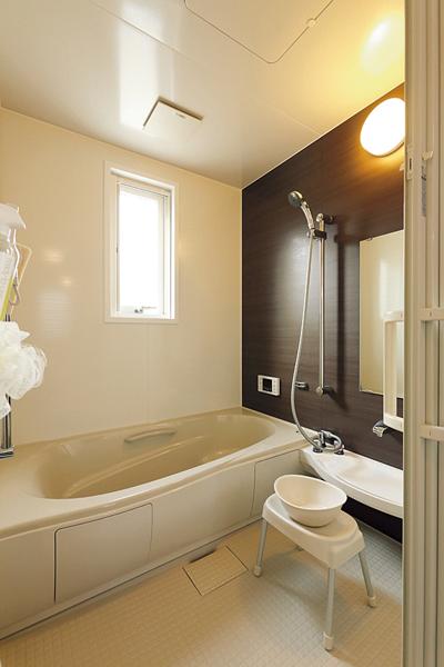 グレー基調のタイル調クッションフロアの床の浴室