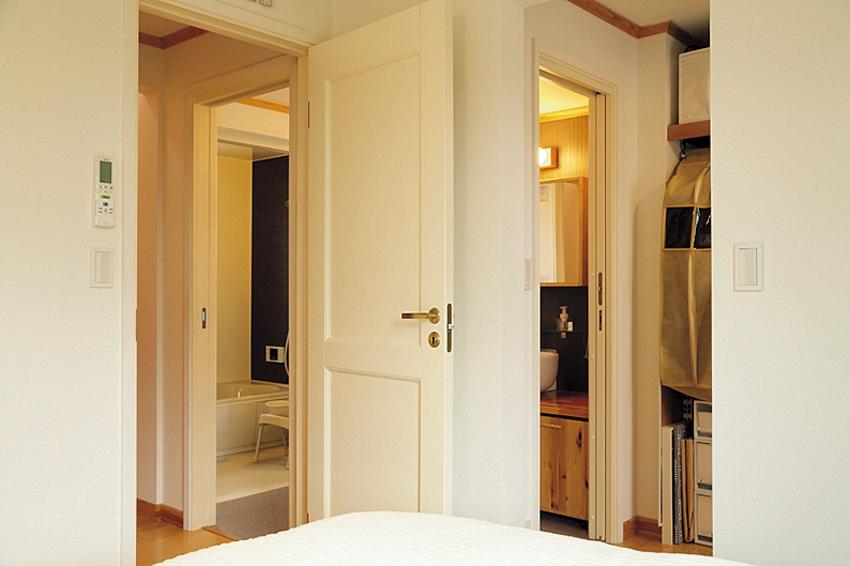 浴室、洗面室、ウォークインクローゼット、寝室がつながる間取り