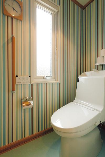 ストライプの壁紙が印象的な1階トイレ