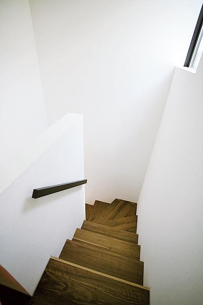 階段はオープンなつくりにせず壁で仕切ったキッチン