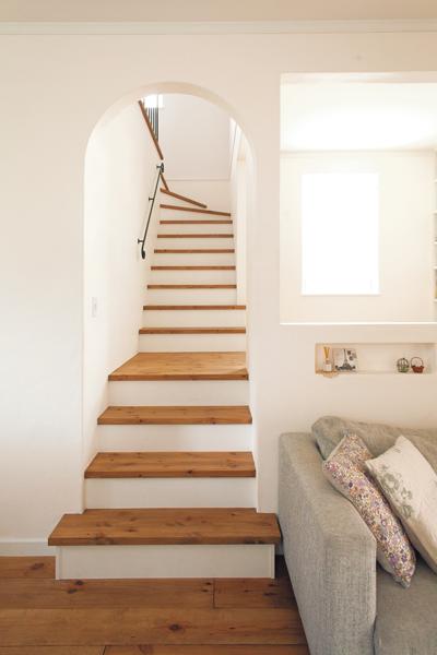 アーチの高さや曲がり具合にこだわった無垢材としっくいの階段