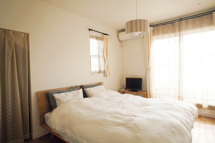 ブラウン&ベージュのトーンでまとめた寝室